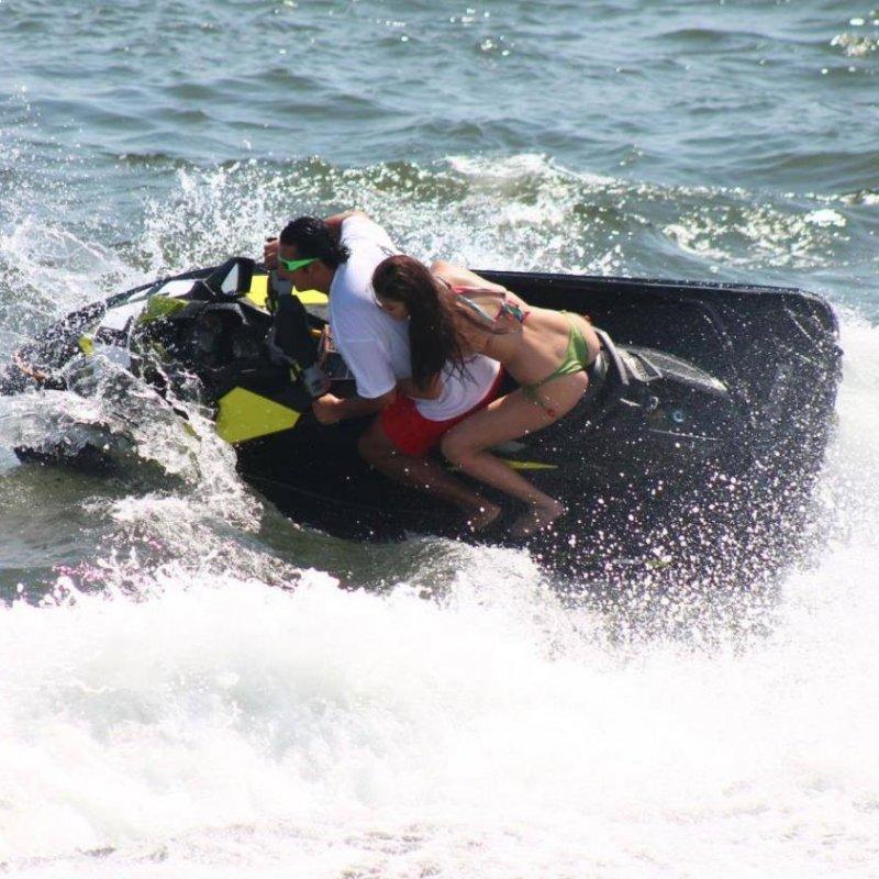 Pasea un moto acuática o con tu familia en una lancha.