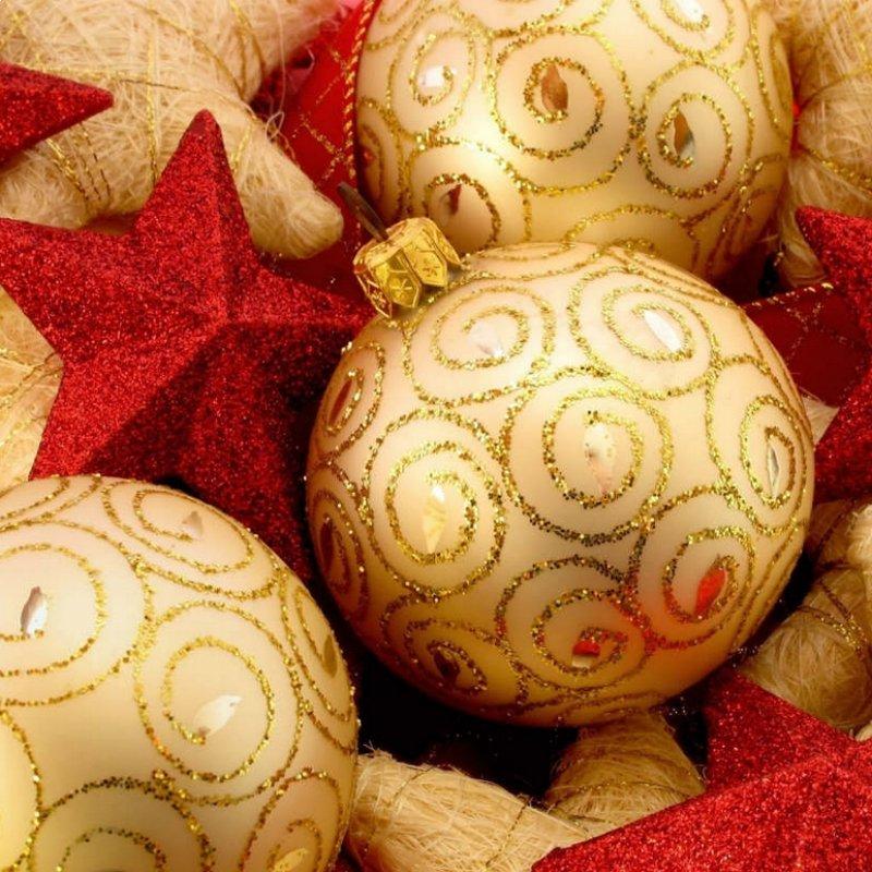Una gran cantidad de adornos para navidad.